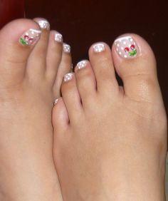 Diseño uñas de los pies con punto y cerezas
