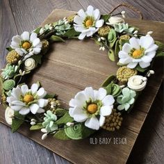 Meg Ryan had it right in You've Got Mail - daisies are pretty much the friendliest flower....either the real thing or handcrafted of felt...just can't be unhappy! #daisies #feltflowers #wreath #youvegotmailismyfavoritemovie