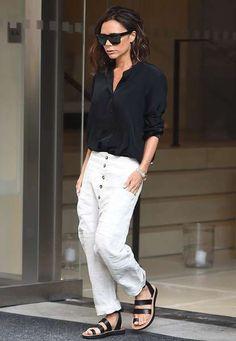 """XXL-Sonnenbrille, schlichte Bluse - so weit, so gut. Diese Stücke sind wir von Victoria Beckham ja gewohnt. Doch was sie ab der Hüfte abwärts trägt, scheint eine absolute Neuheit zu sein. Ein """"modisches erstes Mal"""" sozusagen. Die weite Hose mit Knopfleiste kennen wir von der Designerin zwar auch noch nicht, doch unser Blick richtet sich ganz besonders auf Poshs Füße. Flache Schuhe?! Und dann auch noch Zehensandalen?! Die müssen erst kürzlich zu all ihren High-Heels in den Schuhschrank…"""