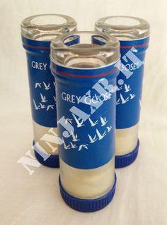 """Splendido set di 3 bicchierini da vodka """"SHOT"""" realizzati artigianalmente da bottiglie vuote di Grey Goose da 0,70 litri. Questi bicchieri sono creati tagliando e levigando i colli delle bottiglie e richiudendole con i tappi delle bottiglie Magnum. Sono ornati con il logo dell'azienda, tali da renderli davvero un oggetto di gusto, molto originali e con un particolare occhio di riguardo all'ambiente ed al riciclo creativo. Impossibile trovarne altri identici. Perfetti per qualunque locale o…"""