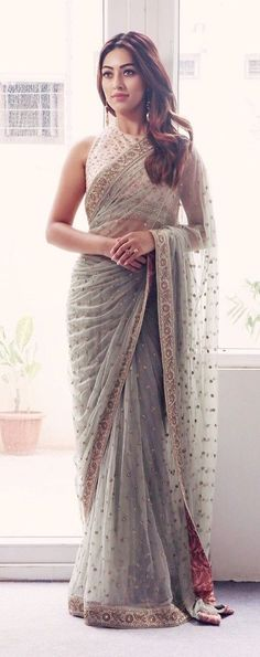 Indian fashion has changed with each passing era. The Indian fashion industry is rising by leaps and bounds, and every month one witnesses some new trend o Simple Sarees, Trendy Sarees, Stylish Sarees, Fancy Sarees, Indian Dresses, Indian Outfits, Sarees For Girls, Hot Girls, Saree Look