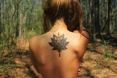 Tatuajes de flor de loto en la espalda