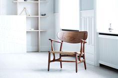 """Als Teil von Hans J. Wegners erster Kollektion im Jahr 1950 für Carl Hansen schrieb """"CH22"""" Geschichte. Nun hat die dänische Manufaktur den Stuhl wieder in..."""