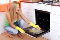 Oven cleaning is seen by many as being one of the most difficult cleaning disciplines to master in a kitchen. What's the secret to having a pristine oven? Here are a few tips to help a person who is having difficulty in cleaning their oven. Oven Cleaning Hacks, House Cleaning Tips, Diy Cleaning Products, Cleaning Solutions, Spring Cleaning, Apartment Cleaning, Office Cleaning, Cleaning Services, Home Design
