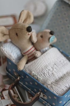 Love the knit blankie Toy House, Miniature Crafts, Soft Dolls, Diy Toys, Fabric Dolls, Handmade Toys, Softies, Beautiful Dolls, Baby Gifts