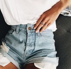 Today I am sharing with you a few summer shorts outfit ideas. Find inspiration for your summer shorts outfits with my list of comfort meets style Picture Instagram, Looks Instagram, Summer Outfits, Casual Outfits, Fashion Outfits, 90s Fashion, Style Fashion, Fashion Beauty, Fashion Pics