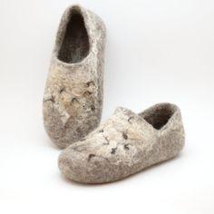 Laine feutrée sabots beige rustique sauvage - chaussons de laine biologique naturelle à la main de style country - brun neutre