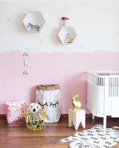 "Nursery Decor / Kids Decor op Instagram: ""A bit of pink never hurt anybody 💕 Gorgeous styling by @liveloudgirl! #styling4kidz #nurserydecor #nurseryideas #nurseryinspiration #kidsroom #kidsdecor #beautifulnursery #girlsroom #girlsdecor #wallart #kinderzimmer #barnrum #toddlerroom #pinkwall #babyroom #cot #paperbag #tellkiddo #luckyboysunday"""