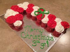 Candy Cane Pull Apart Cupcake Cake - cute and simple Christmas Snacks, Christmas Cooking, Noel Christmas, Christmas Goodies, Christmas Candy, Christmas Decor, Christmas Ideas, Christmas Cupcake Cake, Cupcake Wreath