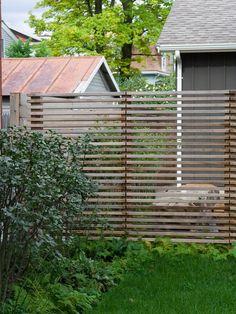 gartenzaun idee holzlatten sichtschutz vorgarten farnen straucher