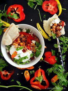Soulfood und low carb: Schnelle Hackpfanne mit Kichererbsen, roter Paprika und frischer Petersilie, serviert mit einem Klecks griechischem Joghurt