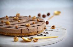 Hver dag kalder på kage, hvis du spørger mig, i sær på en fredag! Kage er specielt godt, når man kan dele det med nogle. Den her kage er perfekt at dele med fem andre, da den er lille og helt sikkert er oplevelsen værd. Kagen kan selvfølgelig ganges op, f.eks. dobbeltportion, og laves i en 22 cm springform. Kagen er lavet af nougatmousse ovenpå en kiks og nøddebund. Den er blød og har en sød nougatsmag. Nougatfløden kan anbefales at blive lavet dagen før du skal spise kagen, hvis...