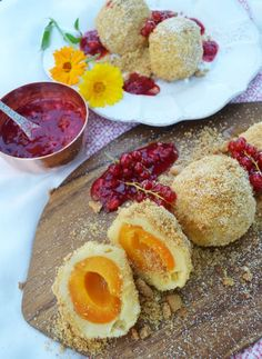 A must in summer! Apricot dumplings with amarettini crumbs and currant sauce summer recipes summer recipes abendessen rezepte recipes recipes dessert recipes dinner Baking Recipes, Snack Recipes, Dessert Recipes, Snacks, Recipes Dinner, Albondigas, Sweets Cake, Summer Recipes, Summer Desserts