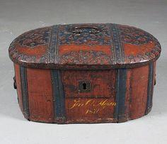 Katalognr. 154 Rød og blåmalt bomme, rikt jernbeslått. 17/1800 tallet, sekundært eiernavn og dat. 1870. L: 60 cm. Markhull. Prisantydning: ( 3000 - 4000) Solgt for: 5200