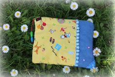 Carteira em tecido com aplicações