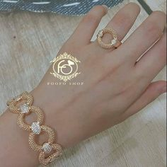 Choosing the right diamond ring has always been a major headache Hand Jewelry, Simple Jewelry, Jewelry Sets, Simple Rings, Jewelry Clasps, Jewelry Bracelets, Bangles, Italian Gold Jewelry, Gold Jewellery Design