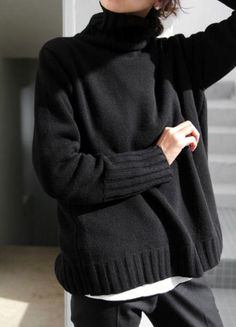 univers mininga ◼ mood mode allure style look winter hiver pullover sweater noir black Fashion Mode, Minimal Fashion, Look Fashion, Womens Fashion, Fashion Tips, Fall Fashion, Minimal Chic, Luxury Fashion, Fashion Black