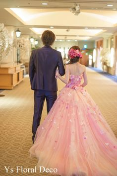 こちらの新婦さんのお色直しのときのご様子です。ウェディングドレスから、ピンク色のドレスにお召しかえ。お花の花びらがたくさんついた特徴的なドレス。見たとたん...