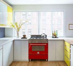 Idee per la cucina - Come personalizzare la cucina in bianco e rosso con elettrodomestici colorati.