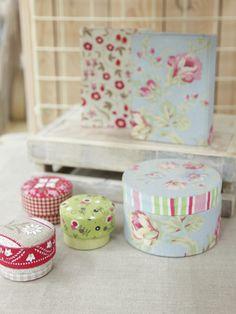 鎌倉スワニーのフロアのあちこちでは、カルトナージュなど布の活用方法を提案してくれています。/鎌倉スワニーの布で作るバッグ&ポーチ(「はんど&はあと」2012年6月号)