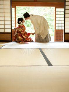 Wedding Couple Photos, Pre Wedding Photoshoot, Japanese Costume, Japanese Kimono, Traditional Wedding Attire, Traditional Outfits, Japanese Wedding Traditions, Bride Groom Poses, Wedding Drawing