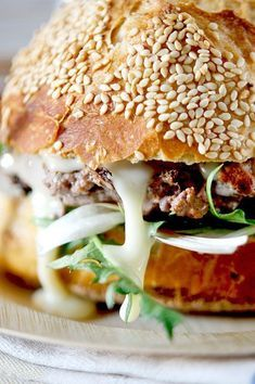 Could never be a vegetarian when facing a burger like this. Burger Co, Good Burger, Sandwich Recipes, Snack Recipes, Snacks, Delicious Burgers, Love Eat, Yum Yum Chicken, Street Food