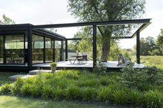 Na de verbouw en uitbreiding van de monumentale woning moest de tuin ook verandert worden. De opvallende zwevende vlonder en de combinatie tussen nieuwe en oude elementen worden in het tuinontwerp benadrukt.