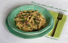 Pasta con salmone piselli e semi di sesamo