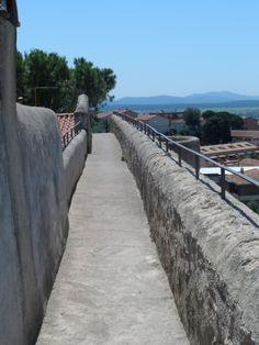 La cinta muraria di Magliano in Toscana è percorribile a piedi affacciandosi verso un panorama mozzafiato da cui godere della vista di campagne, mare e isole.