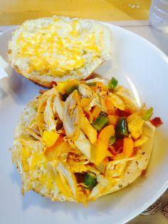 Sandwish poulet, sauce chili epicé, fromage, ail, poivrons! Sur un pain italien au fromage! Un délice!