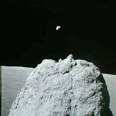 Earth seen above a large lunar boulder on the Moon during Apollo 17 x : spaceporn Apollo Space Program, Apollo Missions, Moon Landing, Space Images, Space Time, Thats The Way, Space Travel, Space Exploration, Bouldering