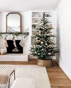 King Noble Fir Artificial Christmas Tree with 400 Warm White LED Lights - Weihnachten Dekoration Noble Fir Christmas Tree, Cozy Christmas, Christmas Holidays, Rustic Christmas, Christmas Fireplace, Minimalist Christmas Tree, Christmas Tree Simple, Christmas Tree For Apartment, Christmas Tree Inspo