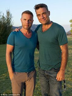 When these two sing, its just magical Gary Barlow and Robbie Williams Hot Men, Sexy Men, Hot Guys, Robbie Williams Take That, Howard Donald, Jason Orange, William Hurt, Mark Owen, Gary Barlow