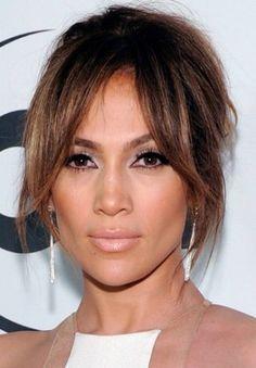 Sängerin Cheryl Cole trägt zur Frisur mit 60ies Touch einen überlangen Pony.