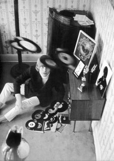 The Rolling Stones' Brian Jones at home with his record collection in the… The Rolling Stones, Rosemary Clooney, Stoner Rock, Louise Brooks, Steve Mcqueen, Heavy Metal, Juliette Greco, Jimi Hendricks, Rockabilly