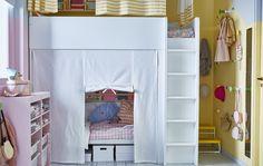 Společný dětský pokoj v noci s patrovou postelí a závěsem zajišťujícím soukromí
