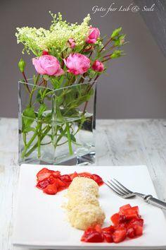 Mini-Topfenknödel mit Kokos-Brösel und Erdbeer-Ragout