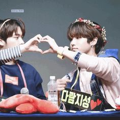Stray Kids Minsung Ship Minho and Jisung finger heart Bambam, Got7, Seokjin, Hoseok, Minho, Fanfiction, Namjin, Wattpad, Baby Squirrel