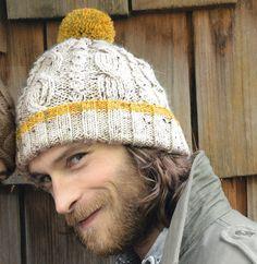 Ce modèle de bonnet en point irlandais va faire des heureux ! Le pompon et le revers contrasté apporte une touche d'original qui va en charmer plus d'un. Réalisé avec de la laine Phil randonnées coloris écru et ambre.Modèle tricot n°18 du catalogue n°134 : Accessoires, Automne/Hiver 2016.