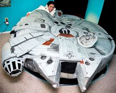 The maker of famous Hamburger Bed Kayla Kromer, has came out another amazing creation - Millennium Falcon Bed, a bed for Star Wars fans.The Star Wars Millennium Falcon Bed features functionable spaces Star Wars Bett, Weird Beds, Crazy Beds, Star Wars Furniture, Star Wars Zimmer, Creative Beds, Best Bed Sheets, Star Wars Room, Millenium Falcon