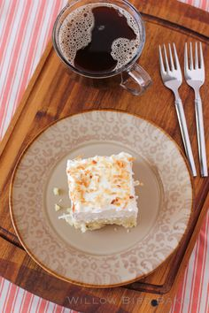 coconut cream pie bars with an easy shortbread crust, creamy coconut pastry filling and a stabilized sweetened whipped cream with toasted coconut Raw Vegan Desserts, Coconut Desserts, No Bake Desserts, Just Desserts, Dessert Recipes, Polish Desserts, Cream Pie, Whipped Cream, Coconut Cream