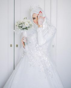 Cakk 😂 Mekap cantik by kakak cantik , gambar cantik by the amazing , henna cantik by si manis… Muslimah Wedding Dress, Muslim Wedding Dresses, Hijab Bride, Muslim Brides, Bridal Dresses, Bridesmaid Dresses, Dresses Uk, Wedding Hijab Styles, Wedding Photography Styles