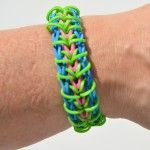 This Zippy Chain bracelet looks just like a zipper! The design is great for kids at an intermediate Rainbow Loom level