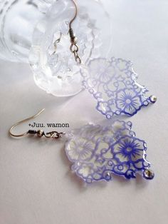 chunks of lace? Beaded Crafts, Resin Crafts, Resin Art, Resin Jewelry, Jewelry Crafts, Bazaar Crafts, Christmas On A Budget, Shrink Plastic, Resin Flowers