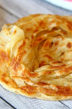 Learn how to make this wonderful Malaysian flatbread (roti canai) at home with this straightforward step-by-step recipe. Delicious with curry on the side. Malaysian Cuisine, Malaysian Food, Malaysian Dessert, Malaysian Recipes, Roti Canai Recipe, Roti Bread, Bread Recipes, Cooking Recipes, Malay Food