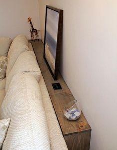 Créez un espace de rangement derrière votre canapé ou votre lit :