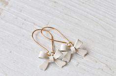 Vergoldete Ohrringe mit Emaille Schleifen creme von Saimana´s Pearls  auf DaWanda.com