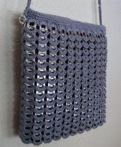 Bolso realizado con anillas de refresco y algodón.
