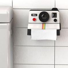 Un look rétro jusque dans vos toilettes, c'est possible grâce à ce dérouleur de papier toilette en forme d'appareil photo des années 80 !