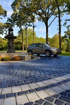 Driveway with Unilock Courtstone and Brussels Block Paver Brick Paver Driveway, Circle Driveway, Driveway Entrance, Paver Walkway, Driveway Landscaping, Driveway Ideas, Landscaping Software, Landscaping Design, Long Driveways